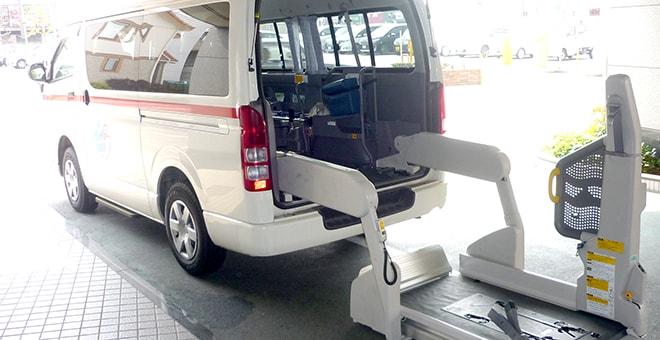 車いすやストレッチャーごと載せることが可能な救急車の写真