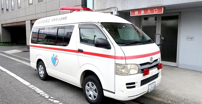救急入口前に停車している救急車の写真