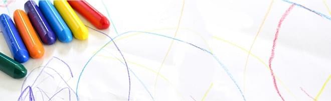 子供がクレヨンで描いた絵の写真