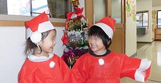 サンタ服を着て笑顔の子供たち