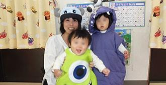 モンスターの仮装をした子供たちと保育士